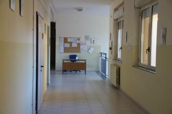 korytarz ze stanowiskiem woźnej